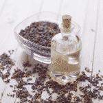 Lavendelböüten und Aromaölflasche die besonders für die Massage geeignet ist